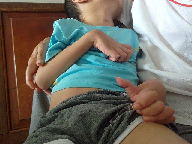 bé 7 tuổi mất ý thức sau khi bị sốt cao, bé 7 tuổi chân tay co quắp