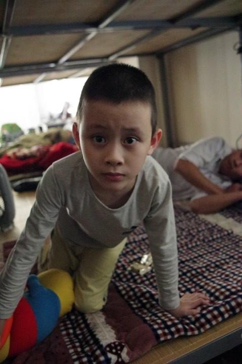 phát hiện bé trai khoảng 5 tuổi tự kỷ đi lạc ngoài đường