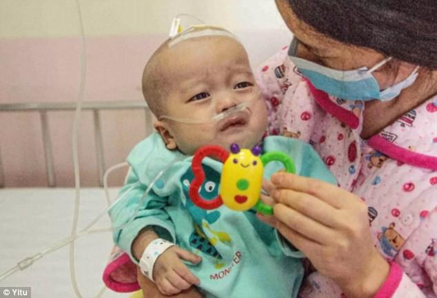 cậu bé bị ung thư xương, xót xa hoàn cảnh cậu bé bị ung thư xương, bố mẹ bác sĩ bất lực khi con bị ung thư xương